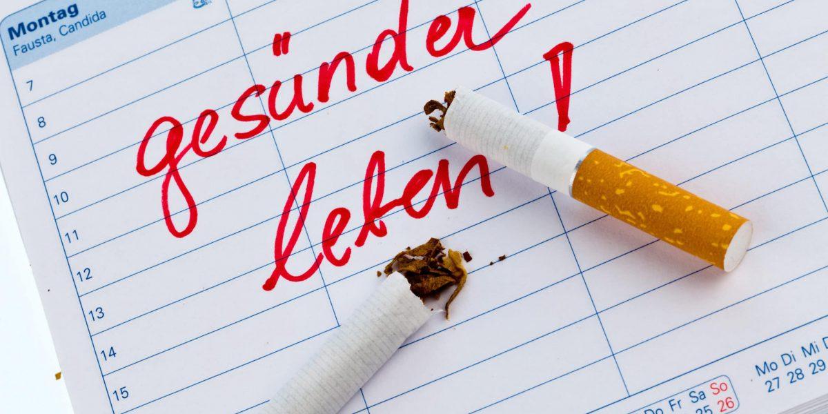 Mit dem rauchen aufhören. Guter Vorsatz im Kalender, um Nichtraucher zu werden.